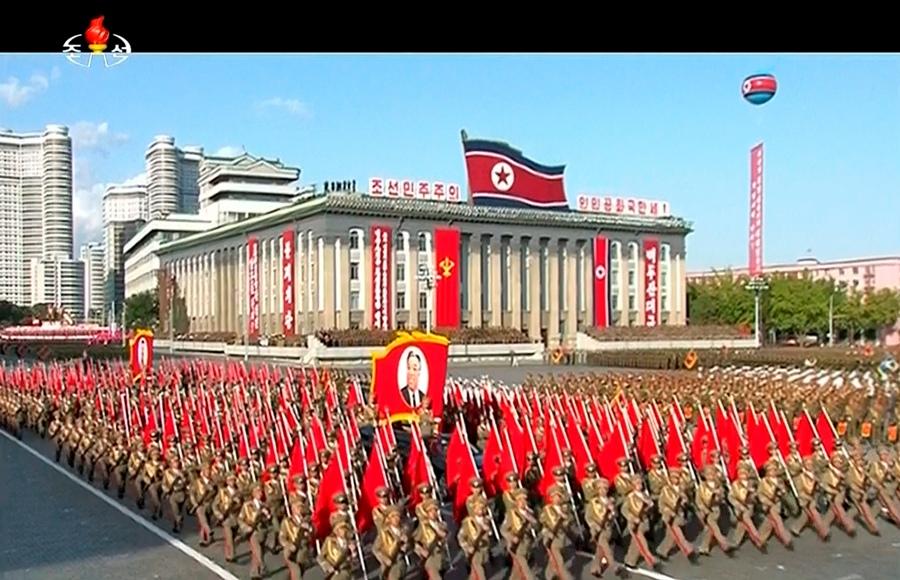 En esta imagen tomada de un video, personas desfilando transportan un retrato del fundador de Corea del Norte, Kim Il Sung, durante un una ceremonia por el 70mo aniversario de la creación del partido gobernante en Corea del Norte, el sábado 10 de octubre de 2015. (KRT via AP Video)