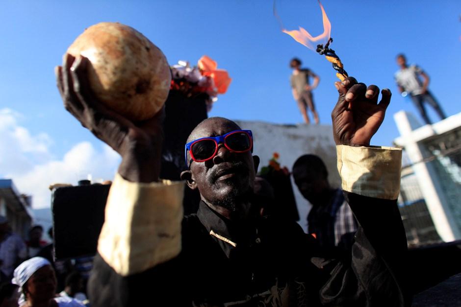 Un creyente del vudú participa en un ritual con el que se rinde homenaje al Barón Samdi y a la familia de espíritus Gede durante una celebración por el Día de Muertos en el cementerio nacional de Puerto Príncipe, en Haití, el domingo 1 de noviembre de 2015. (AP Foto/Ricardo Arduengo)