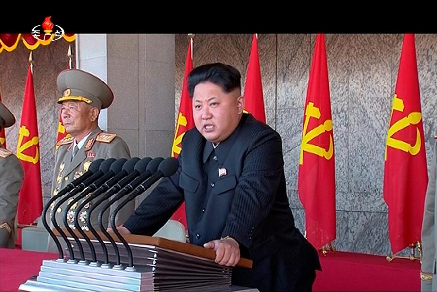 En esta imagen tomada de un video, el líder norcoreano Kim Jong ofrece un discurso durante una ceremonia por el 70mo aniversario de la creación del partido gobernante en Corea del Norte, el sábado 10 de octubre de 2015. (KRT via AP Video)
