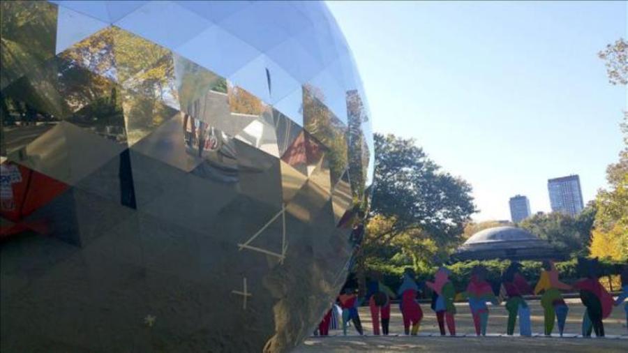 """Obra de Cristóbal Gabarrón en homenajea los setenta años de Naciones Unidas """"Mundo iluminado"""" en la explanada Rumsey Playfield de Central Park, NYC. noticias.yahoo.com"""