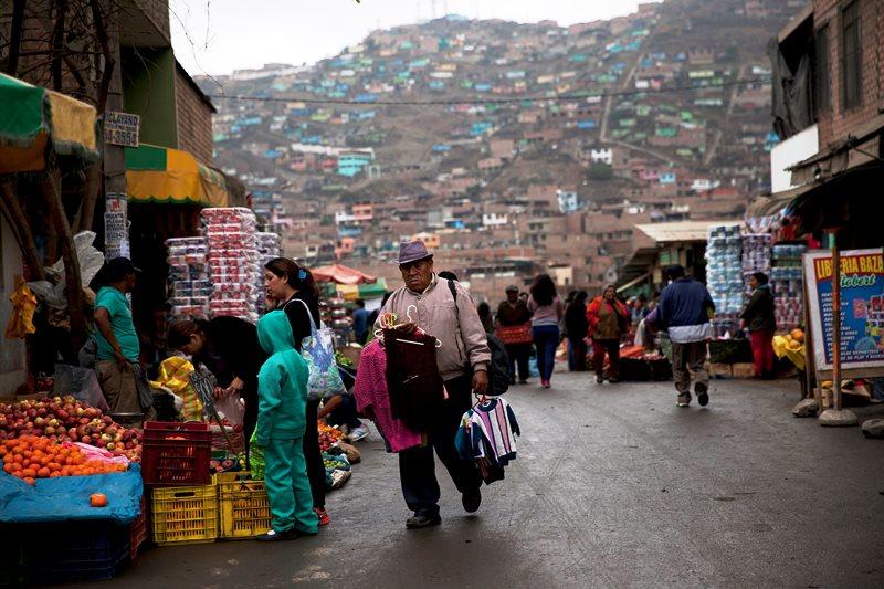 Vendedores callejeros ofrecen sus productos en Villa María del Triunfo, en las afueras de Lima, el 6 de octubre del 2015. El 60% de la población trabaja en la economía informal en Perú, Bolivia, Guatemala, Honduras, Ecuador, El Salvador y Colombia, según el Programa de las Naciones Unidas para el Desarrollo. Perú logró reducir a la mitad la pobreza a partir del 2002, pero el 40% de su población corre peligro de volver a ella. (AP Photo/Rodrigo Abd)