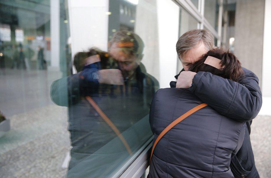 San Petersburgo. Familiares de los pasajeros del avión ruso MetroJet Airbus A32, estrellado en Egipto el 31 de octubre de 2015.  EFE/EPA/ANATOLY MALTSEV