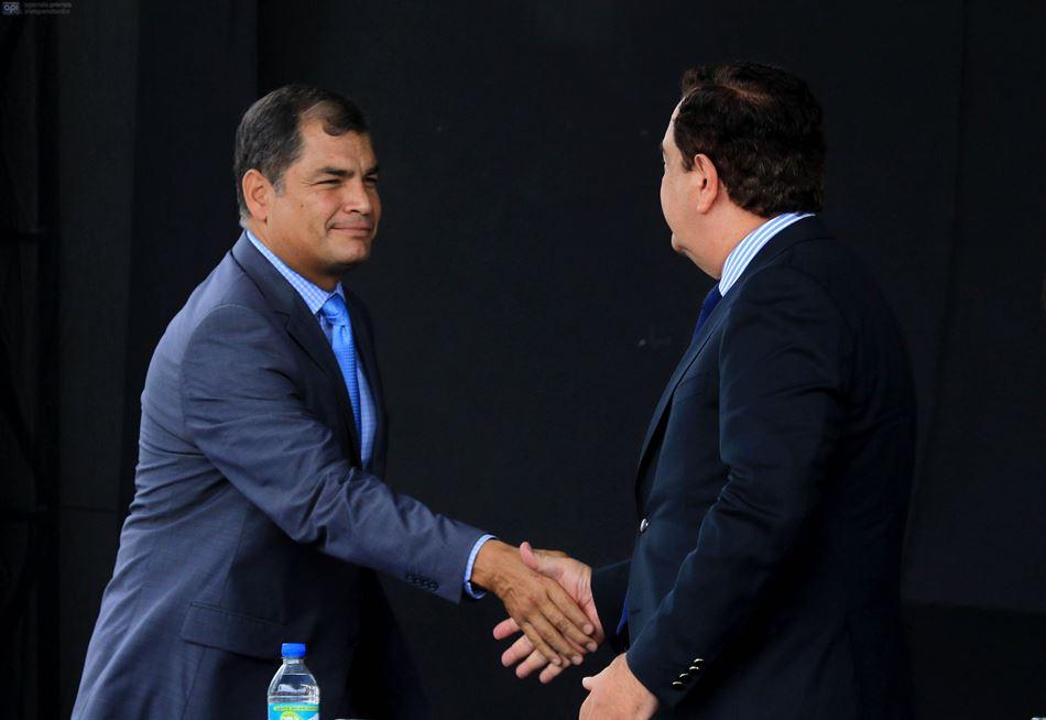 El presidente Rafael Correa y el alcalde de Guayaquil, Jaime Nebot, se encuentran en la inauguración del nuevo edificio de la Contraloría en Guayaquil, el 8 de octubre de 2015. API