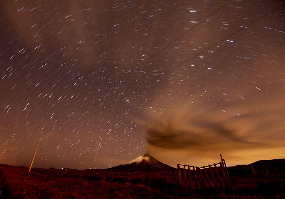 Imagen del volcán Cotopaxi desde el sector el Pedregal (Ecuador), con emisión de ceniza hoy miercoles 7 de octubre del 2015. EFE/José Jácome