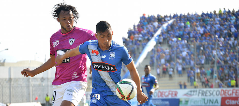 MANTA, (24-10-2015). Ángel Mena (i) de Emelec disputa el balón con Arturo Mina (d) de Independiente, partido jugado en el estadio Jocay. API FOTO / ARIEL OCHOA MANTA, (10/24/2015). Ángel Mena (l) of Emelec fights for the ball with Arturo Mina (r) of Independent, match played in the Jocay stadium. API PHOTO / ARIEL OCHOA