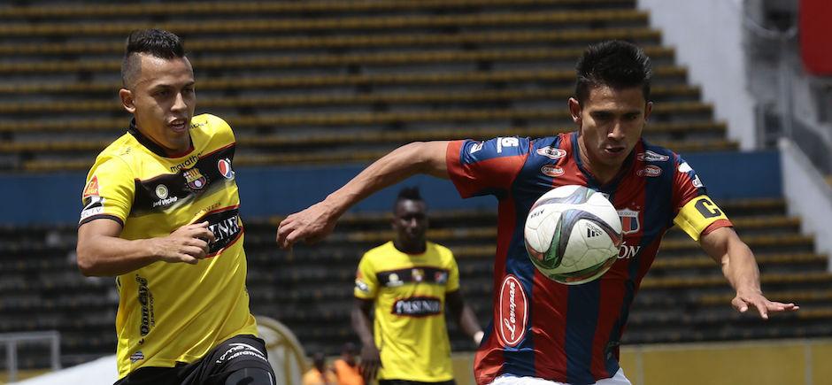 ECUADOR, Quito (25-10-2015). Edison Vega del Barcelona de Guayaquil, disputa la bola con Luis Saritama del Deportivo Quito, en el Estadio Olimpico Atahualpa, en el campeonato campeonato Ecuatoriano Copa Pilsener. PHOTOS API / JUAN CEVALLOS .