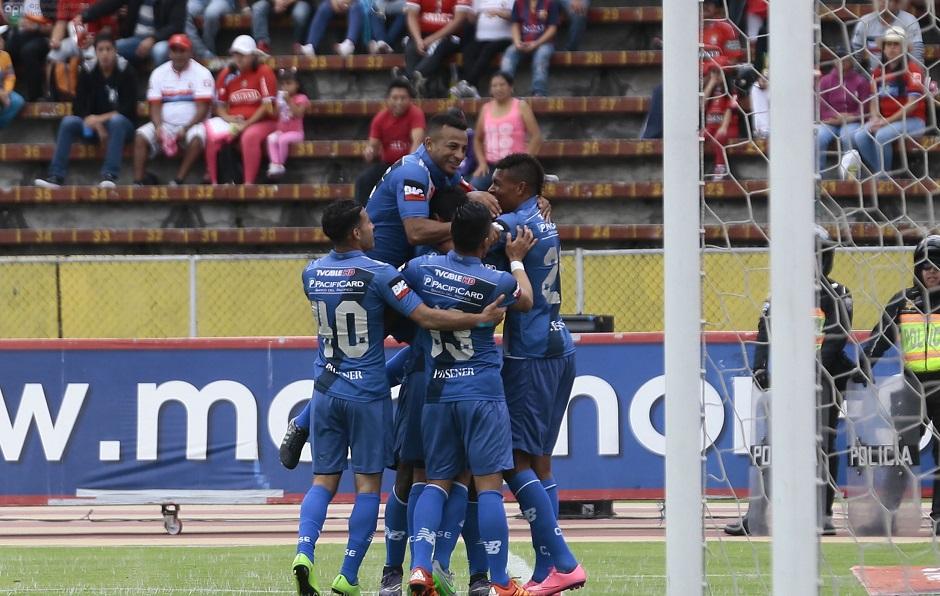 ECUADOR, Quito (18-10-2015). Jorge Guagua de Emelec celebra su gol en contra del Nacional, en el Estadio Olimpico Atahualpa, en el campeonato Ecuatoriano Copa Pilsener. FOTOS API / JUAN CEVALLOS .