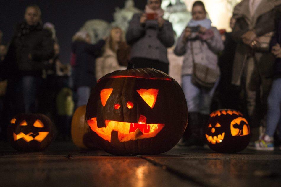 Festival de las Linternas y Calabazas, en la Plaza de los Héroes, en Budapest, Hungría, el 31 de octubre ade 2015. EFE / EPA / BEA KALLOS HUNGRÍA