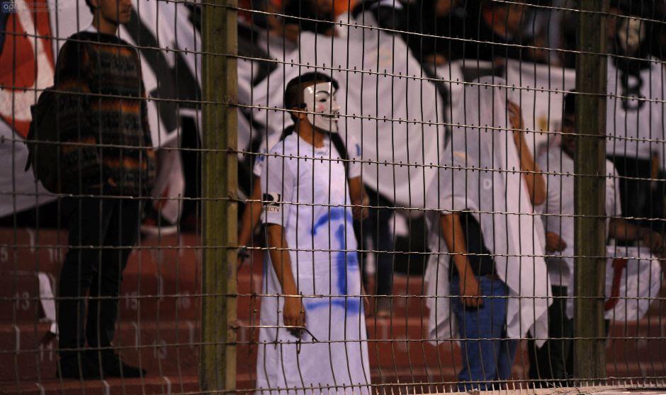ECUADOR, Quito (30-10-2015). Hinchas de Liga de Quito disfrazados de fantasmas con una B en su pecho, en el Estadio Casa Blanca , en un partido contra el Deportivo Quito, del campeonato Ecuatoriano de fútbol Copa Pilsener. El triunfo de la Liga, acercó al Quito a la categoría B. FOTO API / JUAN RUIZ