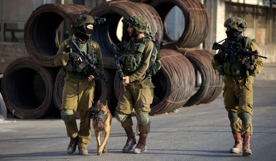 Soldados de Israel patrullan la zona en busca de los sospechosos de matar a dos judíos en la ciudad de Nablus, Cisjordania, el sábado 3 de octubre de 2015. (Foto AP/Majdi Mohammed)
