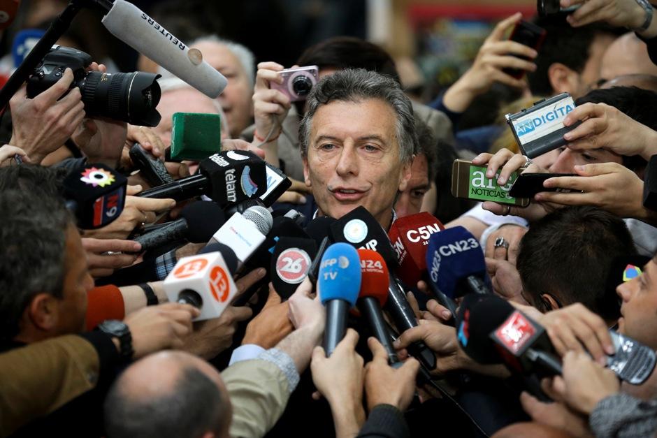 El candidato presidencial de la oposición Mauricio Macri habla a los periodistas tras votar en Buenos Aires, Argentina, el domingo 25 de octubre de 2015. (AP Foto/Victor R. Caivano)