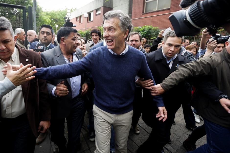 El candidato presidencial opositor Mauricio Macri saluda a simpatizantes cuando llega a votar en Buenos Aires, Argentina, el domingo 25 de octubre de 2015. (AP Photo/Victor R. Caivano)