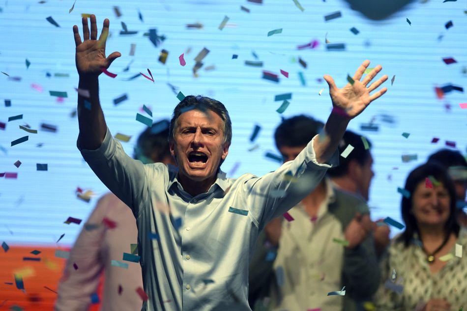 El candidato a la presidencia de Argentina por Cambiemos Mauricio Macri celebra frente a seguidores hoy, domingo 25 de octubre de 2015, en la ciudad de Buenos Aires (Argentina). EFE/Juan Ignacio Roncoroni