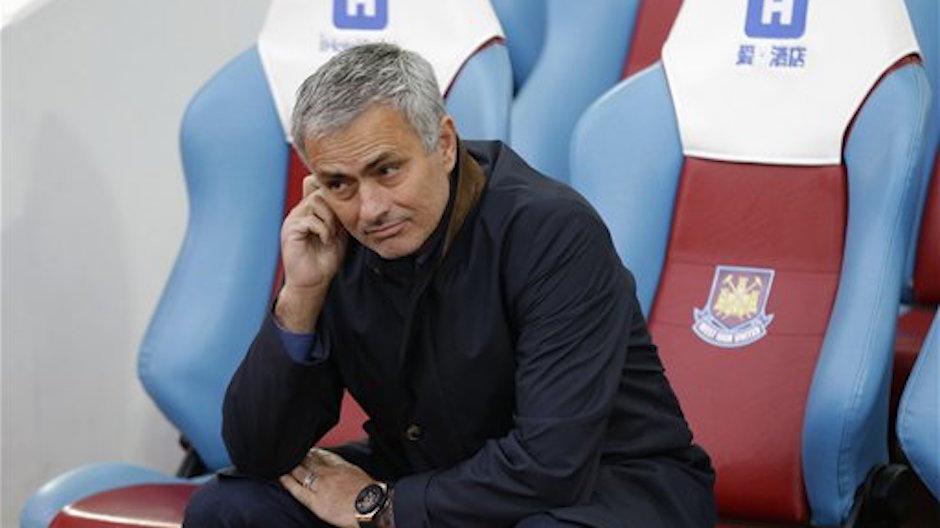 El tÈcnico de Chelsea, JosÈ Mourinho, espera por el inicio de un partido contra West Ham por la liga Premier el s·bado, 24 de octubre de 2015, en Londres. Chelsea perdiÛ 2-1. (AP Photo/Matt Dunham)