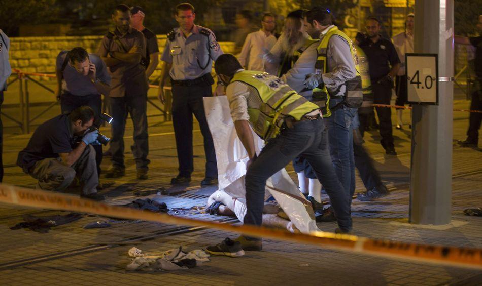 Policía de Israel examina el cuerpo de un joven palestino abatido tras herir a un adolescente israelí, el 4 de octubre de 2015. EFE/EPA/ATEF SAFADI