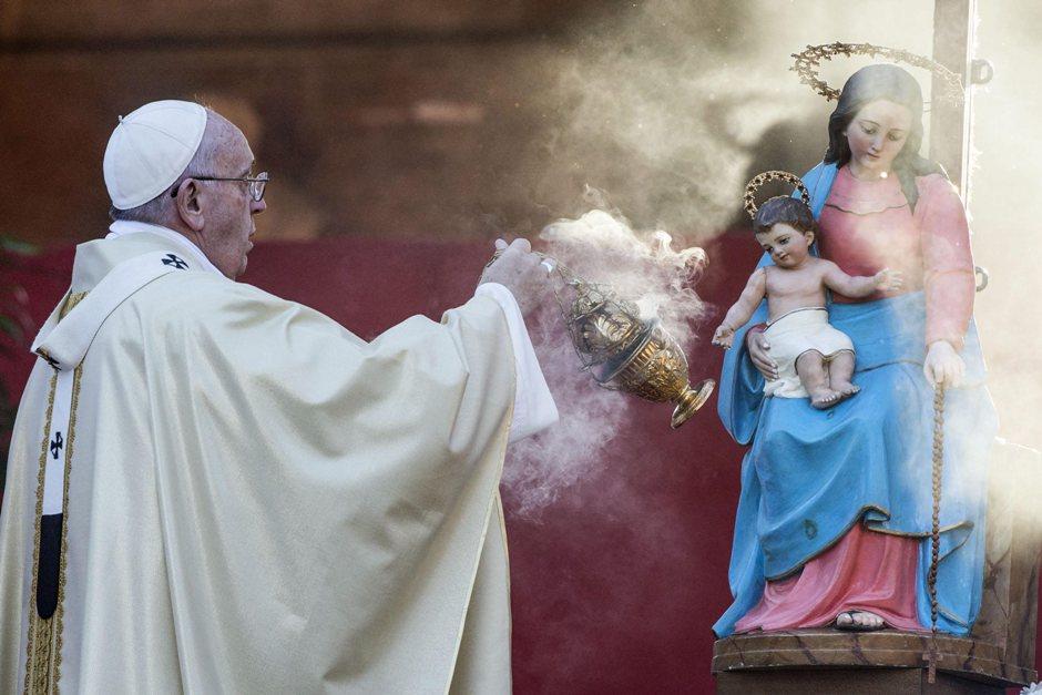 Francisco inciensa una estatua de la Virgen con el niño Jesús que llega para celebrar la misa con motivo del Día de Todos los Santos, en Roma, Italia, el 1 de noviembre de 2015. (Papa, Roma, Italia) EFE / EPA / ANGELO CARCONI