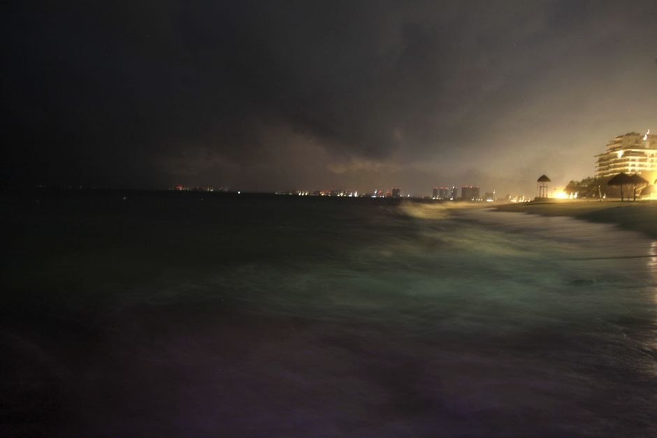 PUERTO VALLARTA (MÉXICO), 24/10/2015.- Aspecto de la ciudad de Puerto Vallarta en el estado de Jalisco que continúa con precipitaciones de lluvia y turbulencia marítima hoy, sábado 24 de octubre de 2015. EFE/Jorge Núñez