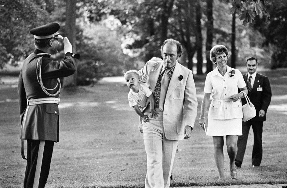 El nuevo primer ministro de Canadá, Justin Trudeau, cuando tenía seis meses y entraba con su padre, el entonces primer ministro