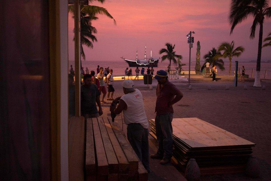 Gente preparándose para la llegada del huracán Patricia entablando las ventanas en un negocio costero en el destino turístico de Puerto Vallarta, México, el jueves 22 de octubre de 2015. El huracán Patricia se convirtió en una gran tormenta de Categoría 5 y se esperaba su llegada a la costa mexicana del Pacífico para el jueves por la noche. (AP Foto/Cesar Rodriguez)