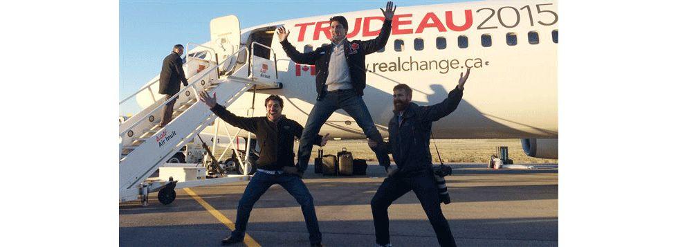 Justin Trudeau, con un par de amgos, el día que ganó las elecciones.