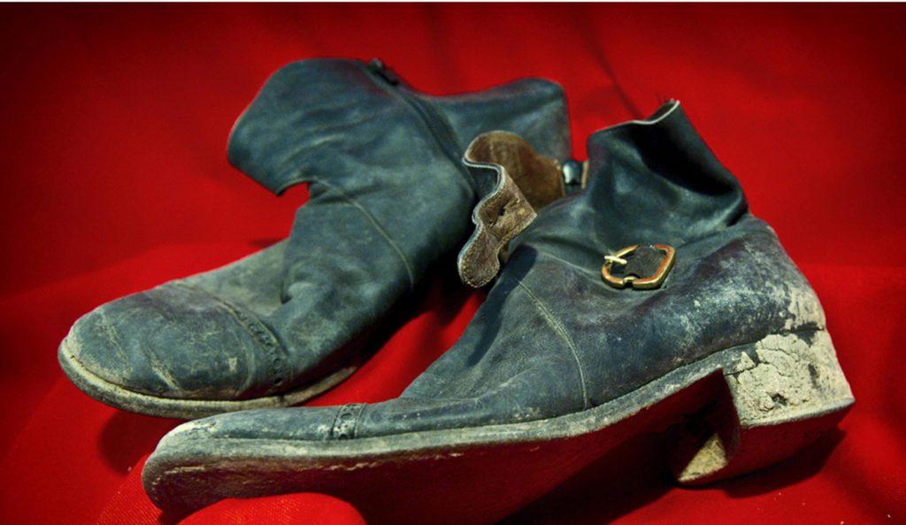 ROMA (ITALIA), 30/10/2015.- Imagen facilitada por el Museo Criminal de Roma, Italia hoy 30 de octubre de 2015 que muestra los zapatos del escritor, poeta y cineasta Pier Paolo Pasolini durante una exposición que reúne los objetos encontrados en la escena del crimen de su muerte el 2 de noviembre de 1975. La exposición podrá verse del 1 al 3 de noviembre. EFE