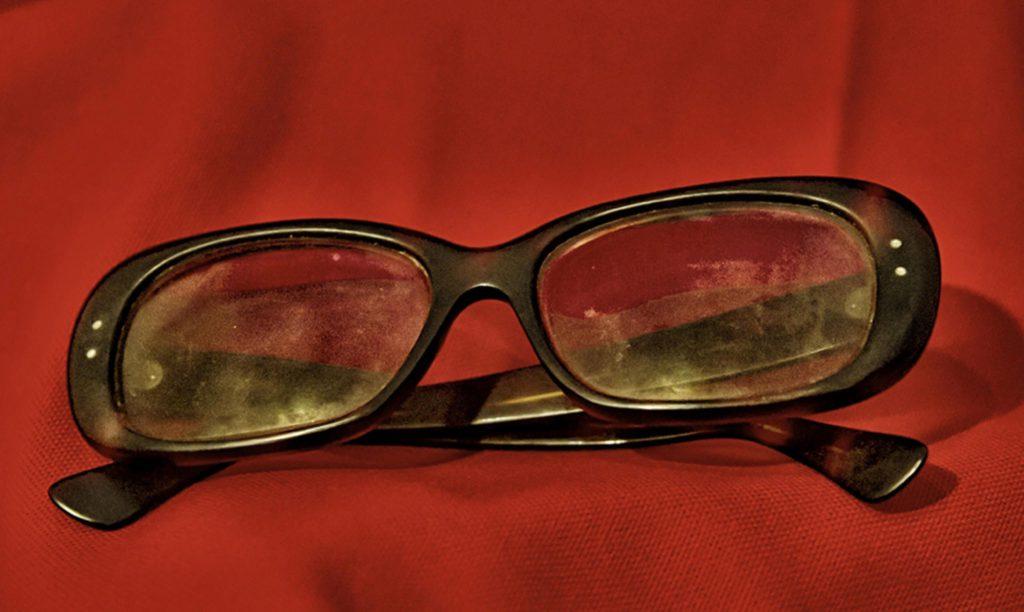 ROMA (ITALIA), 30/10/2015.- Imagen facilitada por el Museo Criminal de Roma, Italia hoy 30 de octubre de 2015 que muestra las gafas del escritor, poeta y cineasta Pier Paolo Pasolini durante una exposición que reúne los objetos encontrados en la escena del crimen de su muerte el 2 de noviembre de 1975. La exposición podrá verse del 1 al 3 de noviembre. EFE