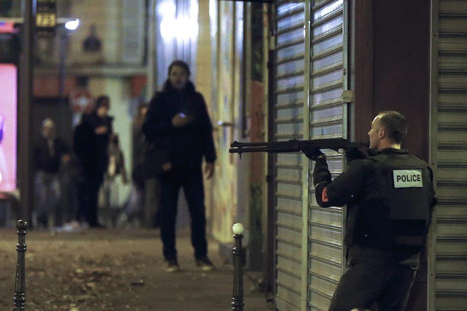 Un oficial de policía francés en el restaurante Pequeña Cambodia, en París, la noche del 13 de noviembre de 2015. EFE/EPA/ETIENNE LAURENT