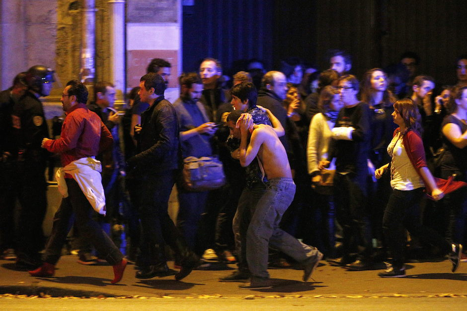 VAL107. Paris (France), 13/11/2015.- Wounded people are evacuated outside the scene of a hostage situation at the Bataclan theatre in Paris, France, 14 November 2015. Dozens of people have been killed in a series of attacks in the French capital Paris, with a hostage-taking also reported at a concert hall. (Francia) EFE/EPA/YOAN VALAT