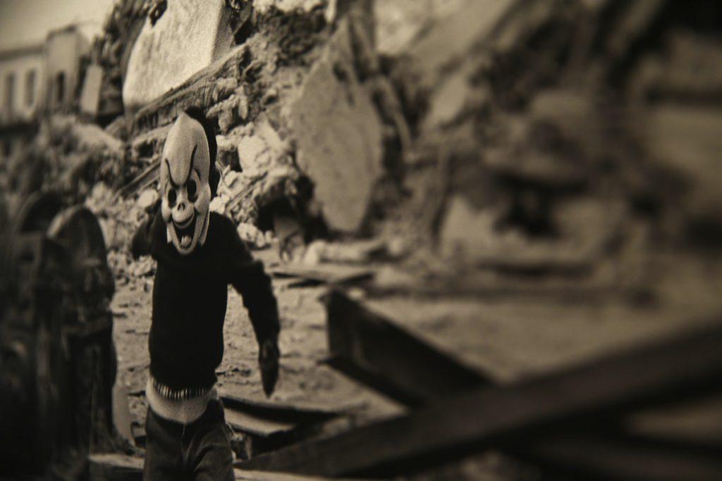 """RIO DE JANEIRO (BRASIL), 17/11/2015.- Reproducción fotográfica de una de las imágenes del fotoperiodista argentino Renzo Gostoli, quien inaugura hoy, martes 17 de noviembre de 2015, su exposición """"América Latina, tan violentamente dulce"""", en la que retrata los contrastes existentes en el continente americano en 20 imágenes en blanco y negro, en el Instituto Cervantes de Río de Janeiro (Brasil). EFE / Marcelo Sayão / SOLO USO EDITORIAL"""