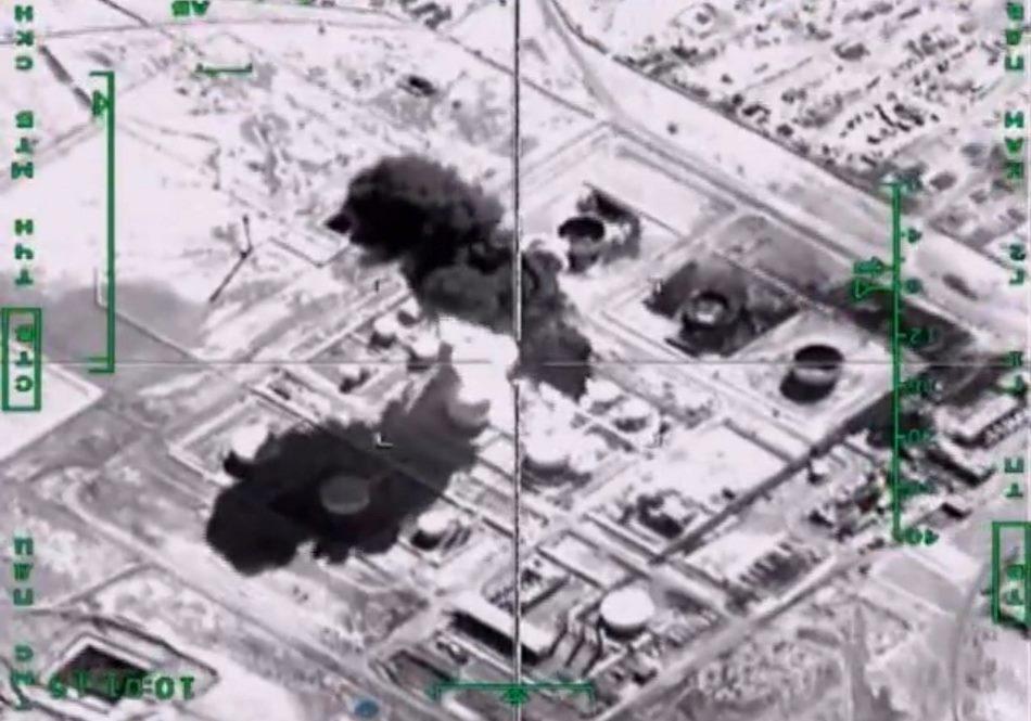 Fotograma de un vídeo facilitado por el ministerio ruso de Defensa que muestra los objetivos abatidos por los aviones de dicho ejército en Siria hoy 18 de noviembre de 2015. La aviación rusa centró hoy sus bombardeos en las columnas con camiones cisterna que suministran petróleo al Estado Islámico (EI) entre Siria e Irak, en un intento de romper las líneas de suministro de los grupos yihadistas. La aviación rusa centró hoy sus bombardeos en las columnas con camiones cisterna que suministran petróleo al Estado Islámico (EI) entre Siria e Irak, en un intento de romper las líneas de suministro de los grupos yihadistas. EFE