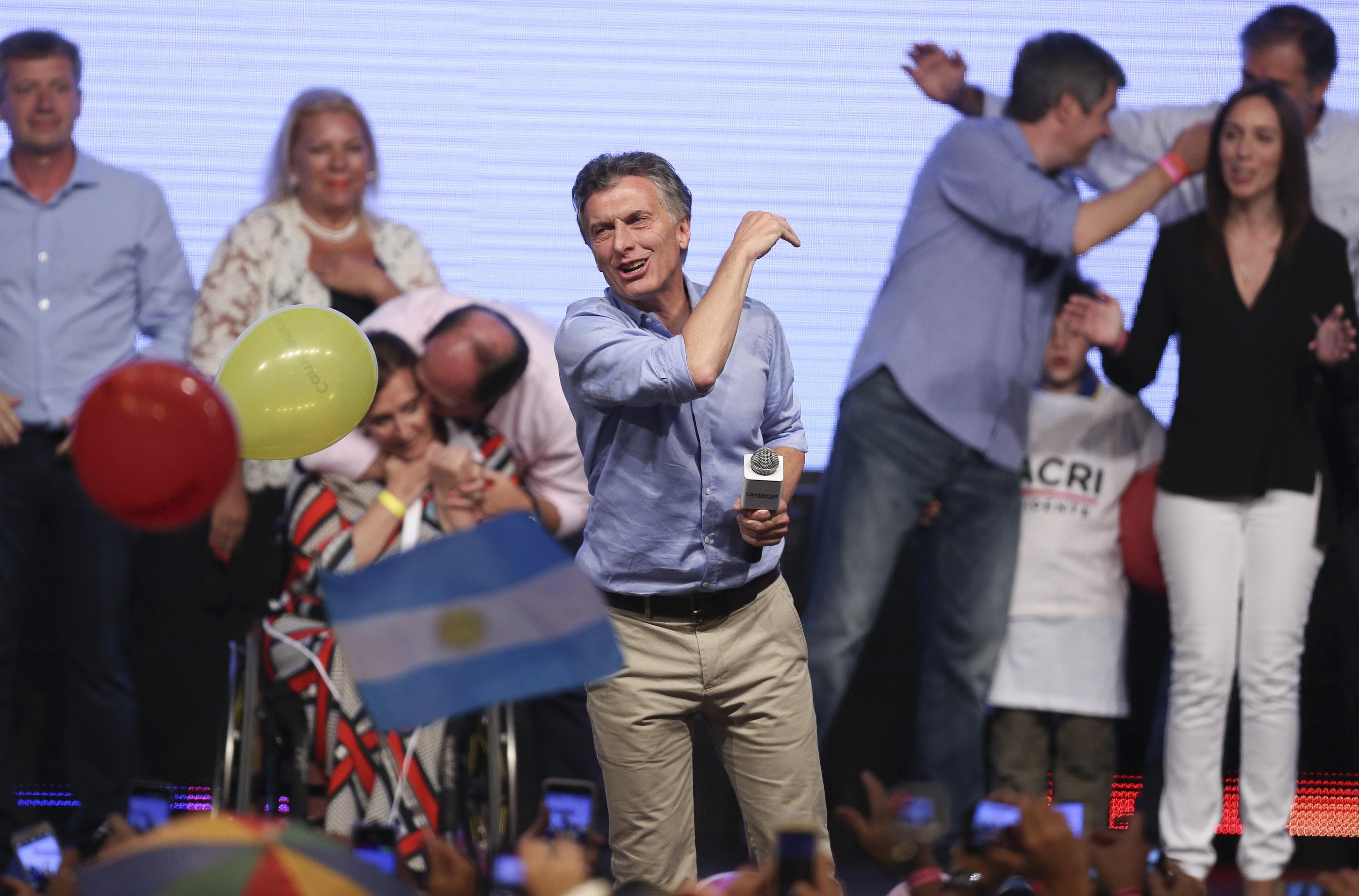 BUENOS AIRES (ARGENTINA), 22/11/2015.- El líder del frente opositor Cambiemos, Mauricio Macri, saluda a seguidores hoy, domingo 22 de noviembre de 2015, en Buenos Aires (Argentina). Mauricio Macri, ganó hoy la segunda vuelta de las elecciones presidenciales en Argentina y se convertirá en el nuevo mandatario del país, según los datos con más del 60 % del escrutinio efectuado. Con el 66,37 por ciento de las mesas escrutadas, Macri logró un 53,46 por ciento de votos frente al 46,54 por ciento del oficialista Daniel Scioli, del gobernante Frente para la Victoria. Los datos difundidos por el Ejecutivo argentino, a cargo del escrutinio provisional de los comicios, indican que el nivel de participación en esta jornada electoral ha sido del 80,63 por ciento. Inmediatamente después de conocerse estos resultados, Scioli reconoció su derrota y felicitó a su oponente. EFE/David Fernández