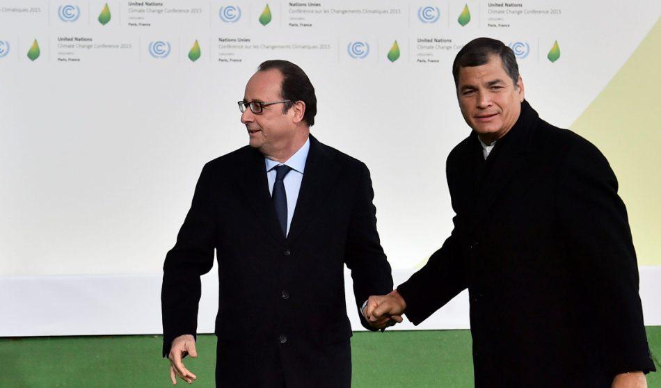 El presidente galo, François Hollande (izda), recibe al presidente de Ecuador, Rafael Correa (dcha), a su llegada a la cumbre sobre cambio climático COP21 que se celebra en Le Bourget en París (Francia) hoy, 30 de noviembre de 2015. La cumbre del clima de París abrió hoy doce días de negociaciones con la llegada de los más de 150 jefes de Estado y de Gobierno llamados a encontrar un acuerdo que evite que la temperatura del planeta aumente más de dos grados a finales de siglo. EFE/Loic Venance
