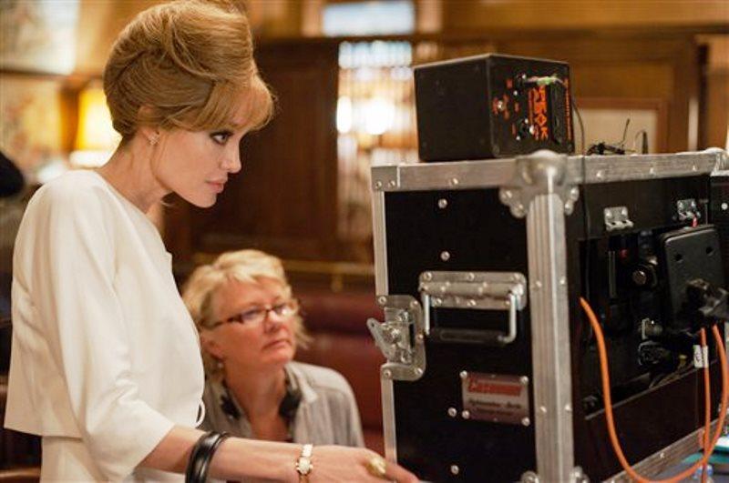 """En esta imagen difundida por Universal Pictures, Angelina Jolie Pitt, a la izquierda, dirige y actúa como Vanessa en el plató de """"By the Sea"""". El filme se estrena en Estados Unidos el 13 de noviembre del 2015. (Merrick Morton/Universal Pictures vía AP)"""