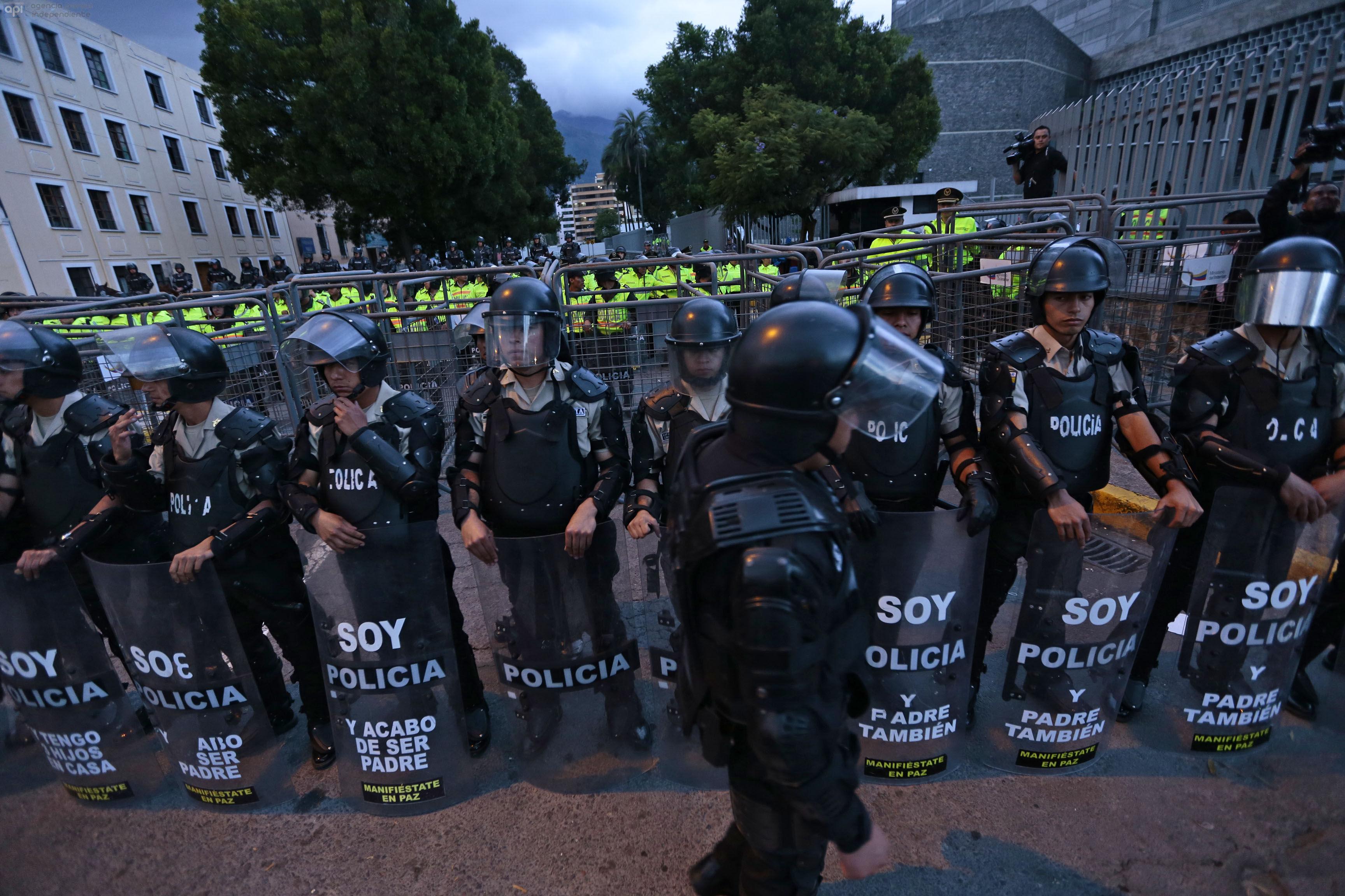 ECUADOR, Quito: (26/11/2015).- Marcha de la opositores al gobierno de Rafael Correa acudieron a la asamblea nacional. FOTOS API / JUAN CEVALLOS.