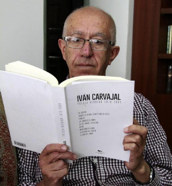 Ivan Carvajal lee la compilación de su poesía. Foto de Diario La Hora.