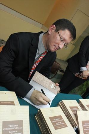Miguel firma libros