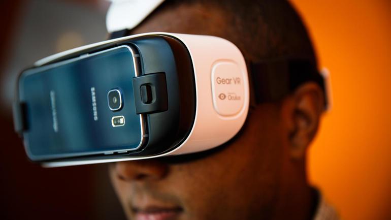 NUEVA YORK (AP) \u2014 Samsung dio el viernes un paso histórico al lanzar el primer dispositivo de realidad virtual dirigido a los consumidores, aunque desde
