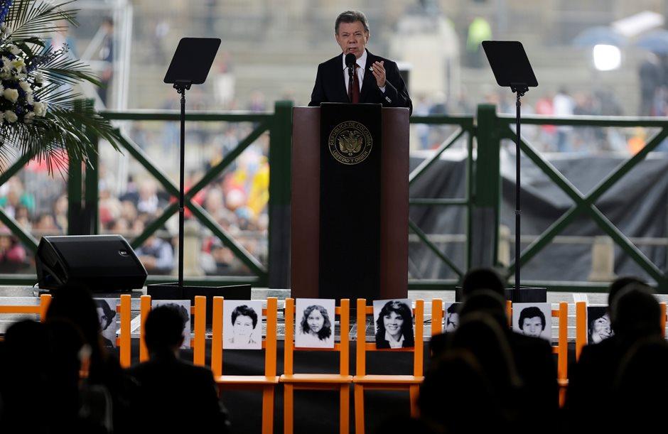 El presidente de Colombia Juan Manuel Santos pronuncia un discurso frente al Palacio de Justicia el viernes 6 de noviembre de 2015. Santos pidió perdón por los desaparecidos 30 años atrás durante la retoma del Palacio de Justicia por parte de las fuerzas del orden. (AP Foto/Fernando Vergara)