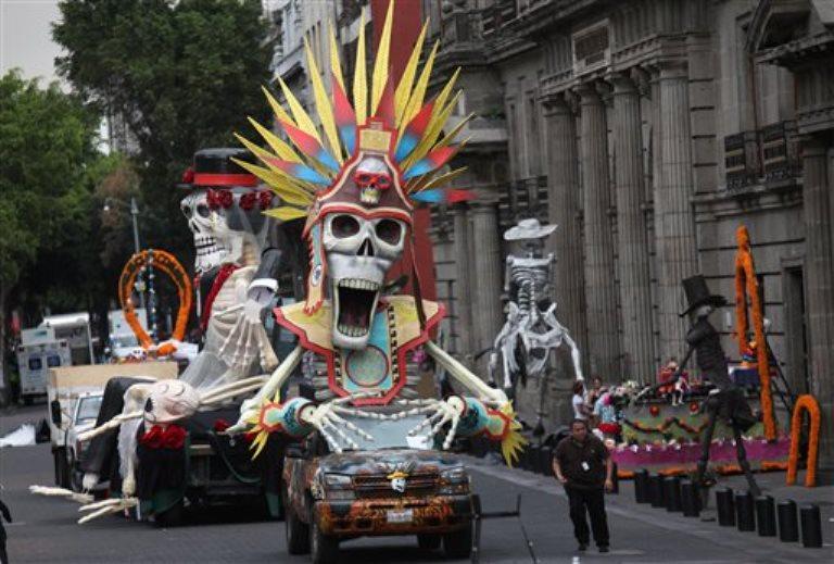 """Trabajadores laboran en el escenario de la película """"Spectre"""", la cinta más reciente del agente 007 James Bond, en el centro histórico de la ciudad de México, el sábado 21 de marzo de 2015. (Foto AP/Marco Ugarte)"""