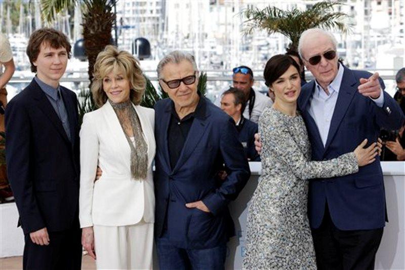 """De izquierda a derecha los actores Paul Dano, Jane Fonda, Harvey Keitel, Rachel Weisz y Michael Caine posan con motivo del estreno de """"Youth"""" en el Festival de Cine de Cannes, en el sur de Francia, el miércoles 20 de mayo del 2015. (AP Foto/Lionel Cironneau)"""