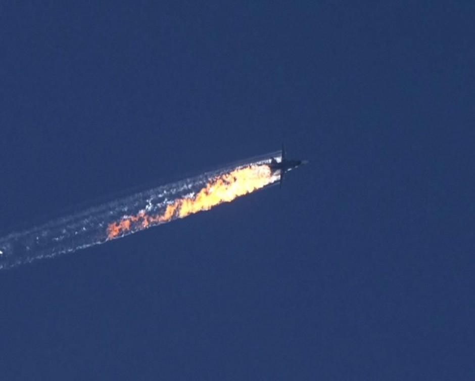 Captura de video facilitada por el canal de televisión HaberTurk que muestra un avión que deja una estela de fuego a medida que cae tras ser derribado cerca de la frontera entre Siria y Turquía el 24 de noviembre de 2015. EFE/Haberturk Tv Channel