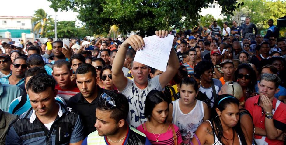 Un grupo de aproximadamente 300 cubanos protestan el viernes 27 de noviembre del 2015, cerca de la embajada de Ecuador en Cuba tras el anuncio de exigir visa a todo cubano que ingrese como turista al país andino a partir del 1 de diciembre. EFE/Ernesto Mastrascusa