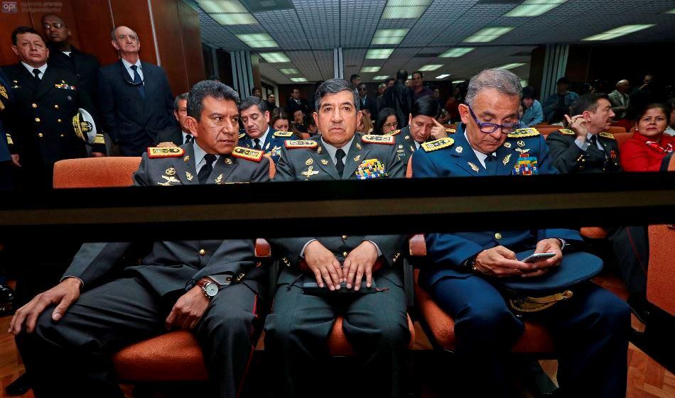 De izquierda a derecha constan el Jefe de Estado Mayor del Comando Conjunto de las FF.AA General Roberto Freire, el Comandante General del Ejercito Carlos Obando y Comandante General de la FAE Raúl Banderas.