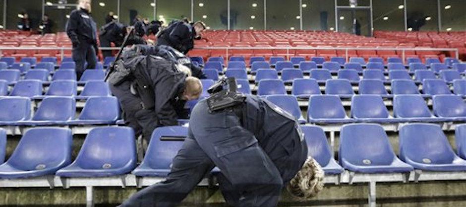 PolicÌas revisan debajo de los asientos en el estadio de Hannover antes de un partido entre Alemania y Holanda el martes, 17 de noviembre de 2015, en Hannover. (AP Photo/Markus Schreiber)