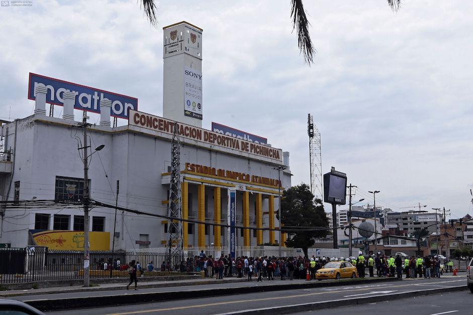 ECUADOR, Quito: (22/11/2015).- El Deportivo Quito fue suspendido y no disputara su encuentro en contra del River de ECuador por la Federación Ecuatoriana de Fútbol al no estar al dia con sus deudas economicas. A las afueras del estadio Olimpico Atahualpa hinchas del Deportivo Quito apoyan a su equipo ante la posiblidad de descender a la serie B del futbol ecuatoriano. . FOTOS API / JUAN CEVALLOS. ECUADOR, Quito: (11/22/2015) .- The Deportivo Quito was suspended and did not play their match against River of Ecuador by the Ecuadorian Football Federation when not being up to date with the financial debts. On the outskirts of Olimpico Atahualpa stadium Deportivo Quito fans support their team with the possibility of descending to the B series of the Ecuadorian soccer. . PHOTOS API / JUAN CEVALLOS.