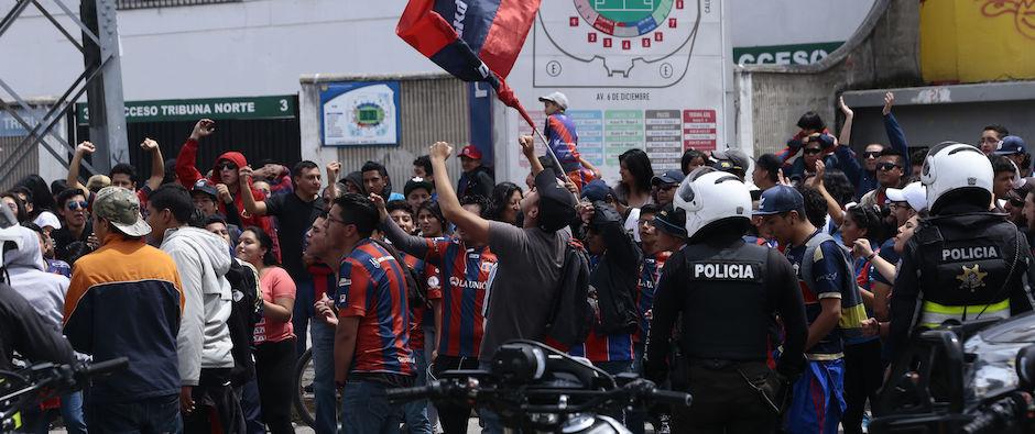 ECUADOR, Quito: (22/11/2015).- El Deportivo Quito fue suspendido y no disputara su encuentro en contra del River de ECuador por la Federación Ecuatoriana de Fútbol al no estar al dia con sus deudas economicas. A las afueras del estadio Olimpico Atahualpa hinchas del Deportivo Quito apoyan a su equipo ante la posiblidad de descender a la serie B del futbol ecuatoriano. . FOTOS API / JUAN CEVALLOS.