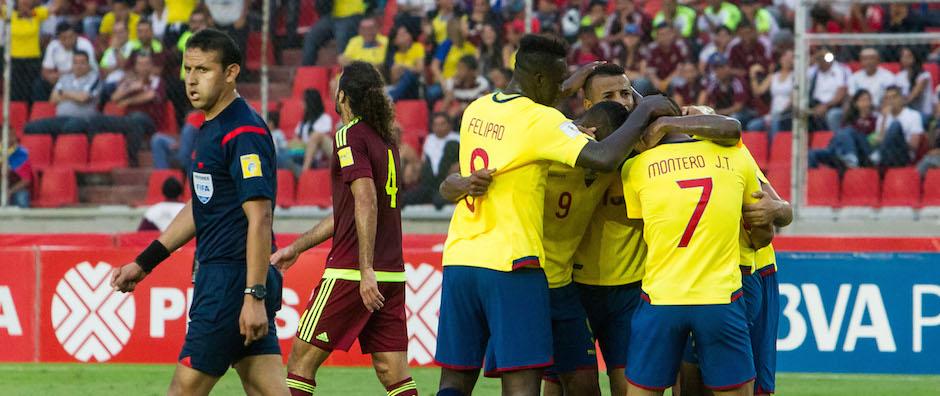 CAR06 PUERTO ORDAZ (VENEZUELA) 17/11/2015 .- Los jugadores de Ecuador celebran un gol ante Venezuela hoy, martes 17 de noviembre de 2015, durante un juego en el estadio Cachamay, en la ciudad de Puerto Ordaz (Venezuela), por las eliminatorias suramericanas al Mundial Rusia 2018. EFE/MIGUEL GUTIÉRREZ