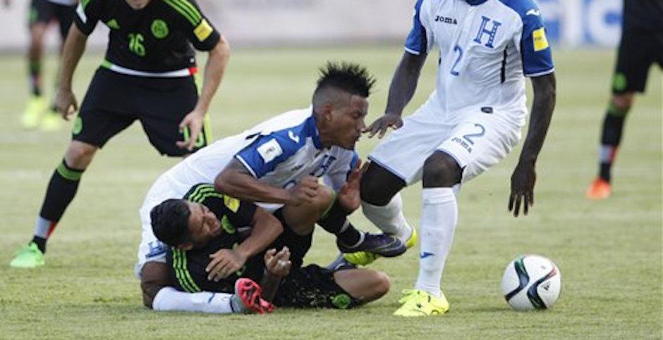 Luis Garrido, mediocampista de Honduras, sufre una lesiÛn grave, al caerle encima de la rodilla derecha Javier Aquino, de MÈxico, en el partido de la eliminatoria mundialista realizado el martes 17 de noviembre de 2015 en San Pedro Sula (AP Foto/Fernando Antonio)