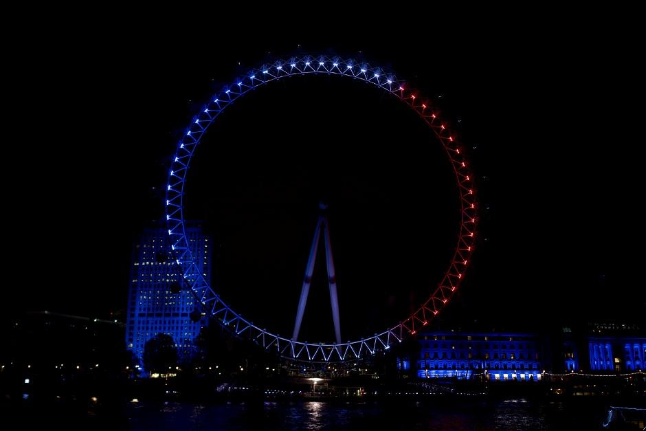 The London Eye, en Londres, la noche del 14 de noviembre de 2015. Subido a Flickr por Garry Knight.