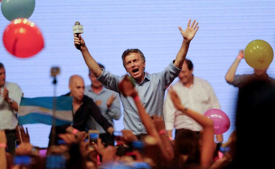 El presidente electo de Argentina Mauricio Macri saluda a sus partidarios en la sede de campaña de su partido en Buenos Aires, Argentina, el domingo 22 de noviembre de 2015. (AP Foto/Ricardo Mazalan)